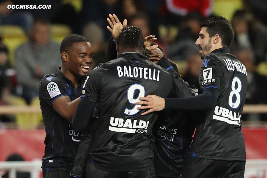 Mario Balotelli félicité par ses partenaires