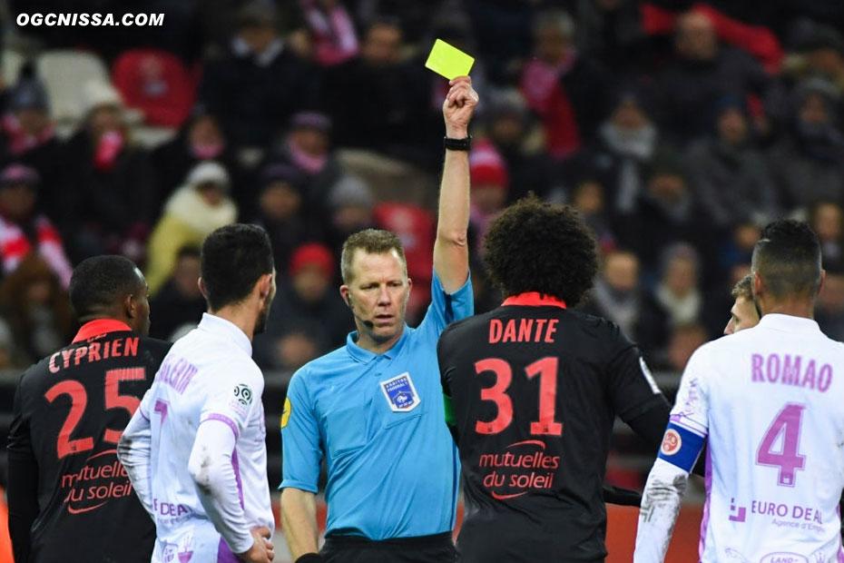 Dans les arrêts de jeu, Dante écope d'un carton jaune pour demander un pénalty, qu'il obtiendra après visionnage de la VAR