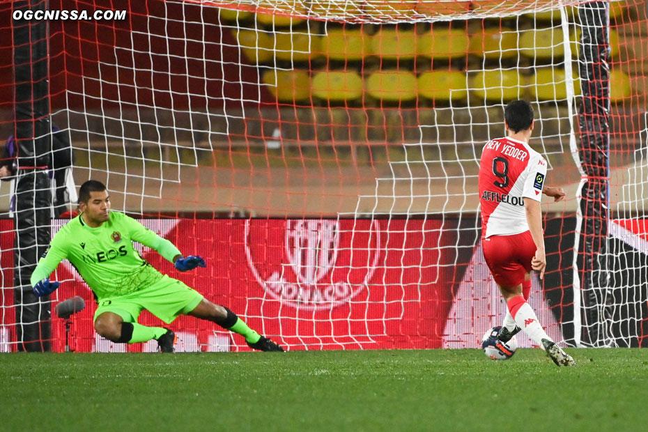 Walter Benitez ne peut rien faire sur l'ouverture du score de Ben Yedder sur penalty