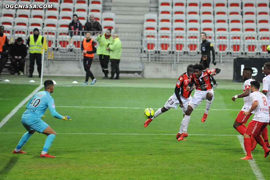 Adrien Tameze et Malang Sarr se génent