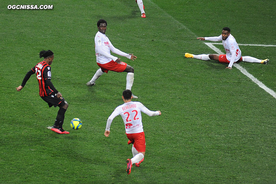 Seul au point de penalty, Arnaud Lusamba rate le ballon