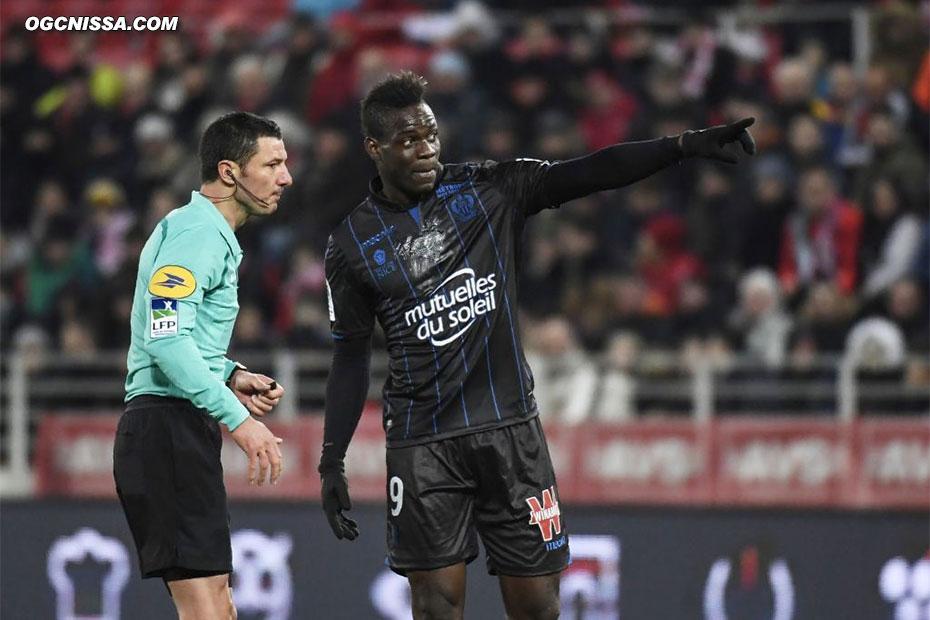Mario Balotelli victime d'insulte raciste... il écopera d'un carton jaune pour la peine !