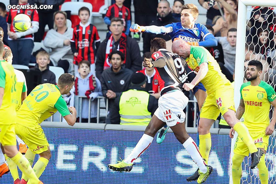 Nice tente de reprendre l'avantage, Mario Balotelli à la tête