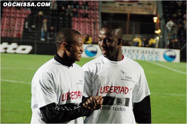 Pendant l'échauffement, les joueurs de chaque équipe portent un tee-shirt pour la libération des otages en colombie