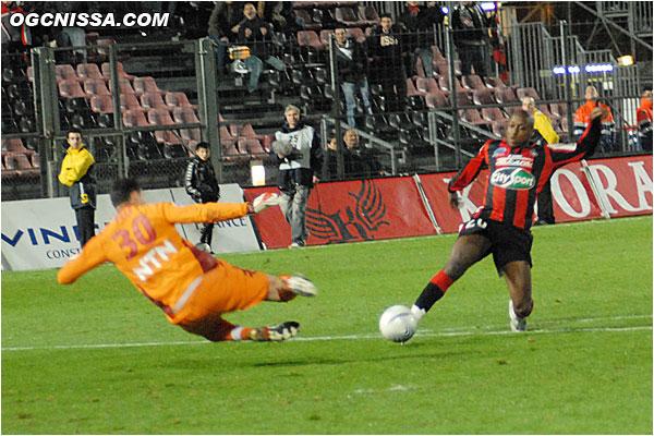 Bamogo une nouvelle fois trop court devant Pelé, dans les arrêts de jeu