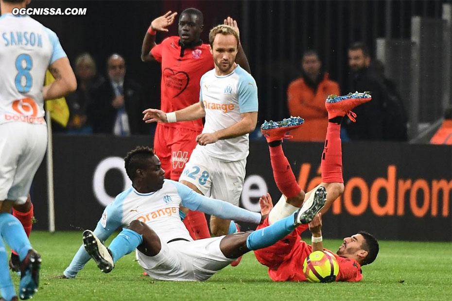 Mario Balotelli avec son nouveau club, face à Pierre Lees Melou