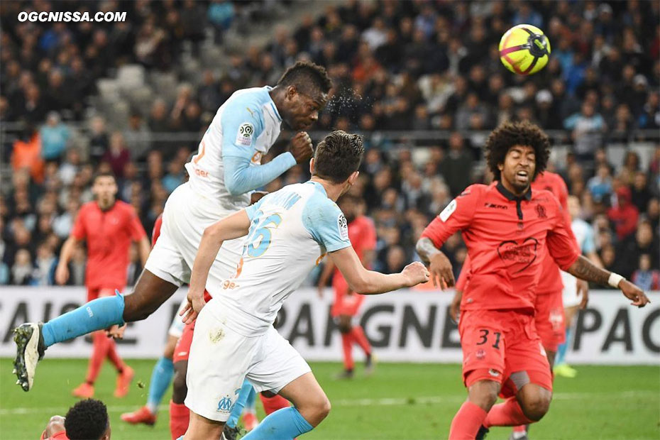 Mario Balotelli ouvre le score de la tête