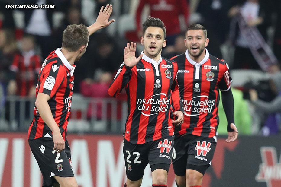 Mickael Le Bihan va féliciter Anastasios Donis avec Souquet