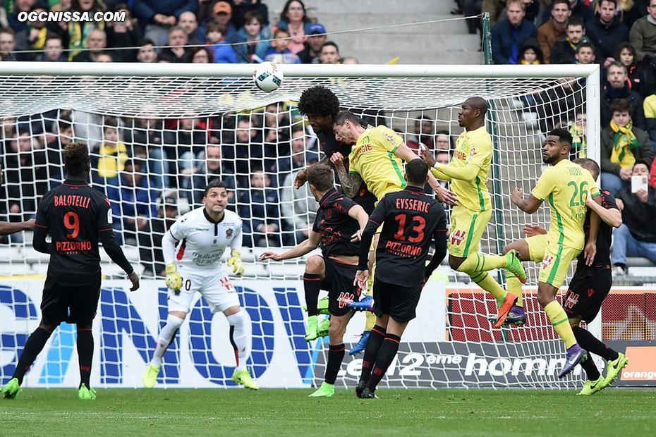 Nantes effectue un gros pressing en début de match, ici sur le but de Yoan Cardinale