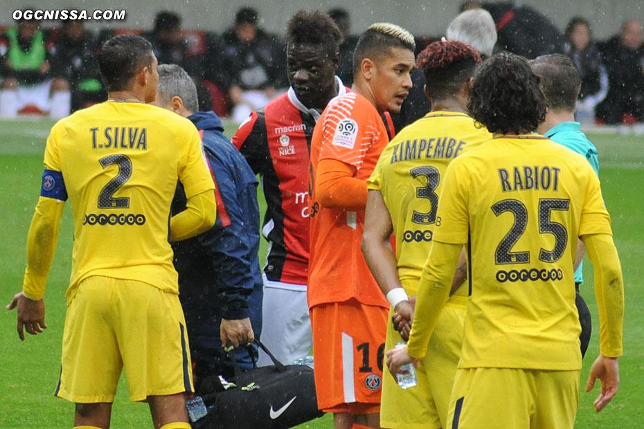 Les parisiens simulent et mettent la pression sur l'arbitre pour faire sortir de ses gonds Mario Balotelli