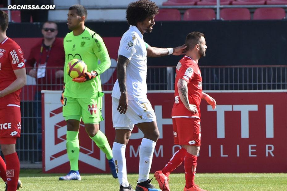 Dante Bonfim console le joueur adverse