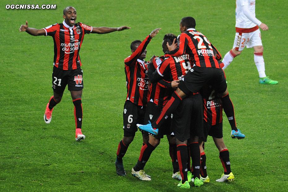Ricardo Pereira et les autres Aiglons viennent féliciter le buteur