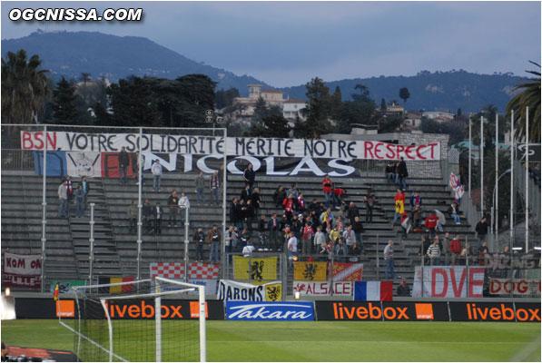 Le parcage Lillois qui montre la bonne entente entre les supporters de deux clubs