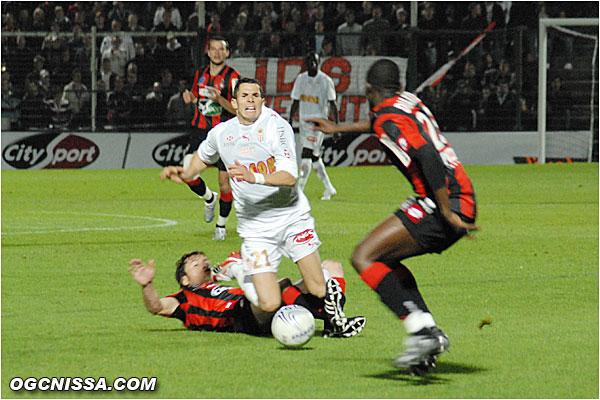"""Les monegasques continuent de jouer alors que Koné est au sol, Rool """"stoppe"""" le jeu."""