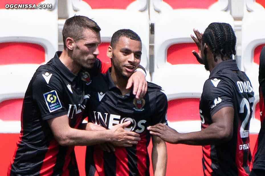 Alexis Claude Maurice félicité par son capitaine Morgan Schneiderlin