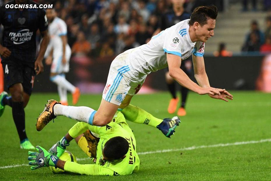 Walter Benitez sort bien dans les jambes de Florian Thauvin