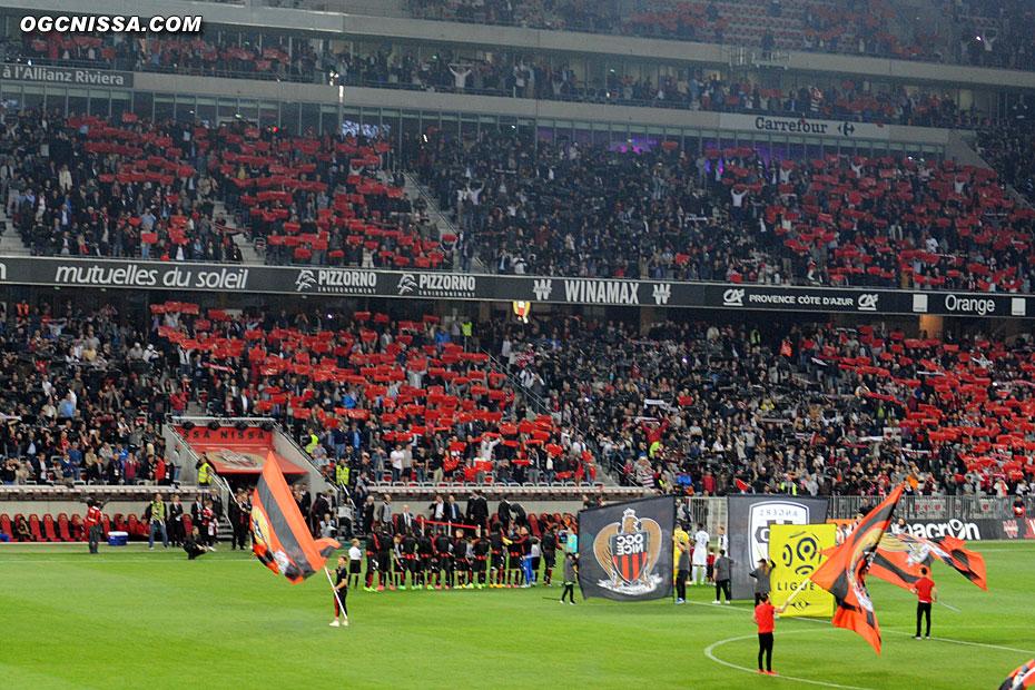 Le stade est en rouge et noir à l'entrée des équipes