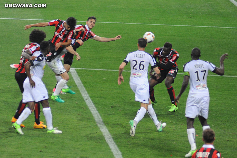 Bassem Srarfi place sa tête dans les arrêts de jeu