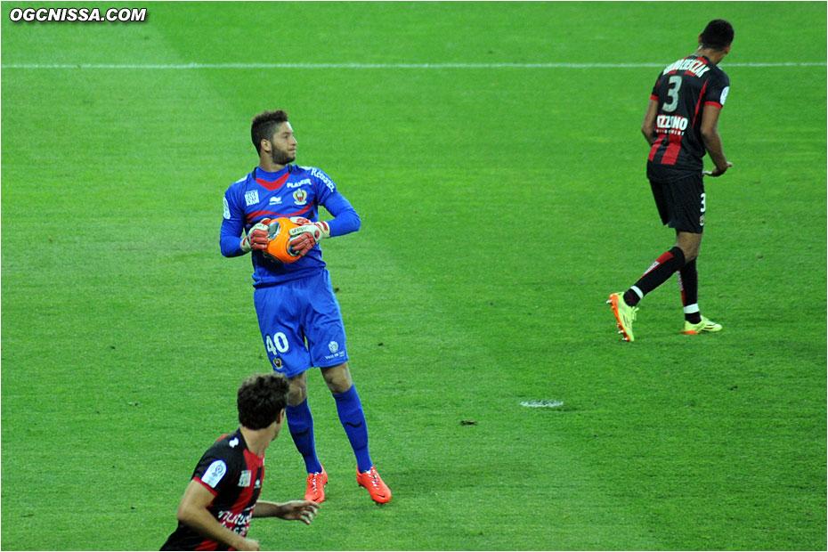 Mouez Hassen est titulaire dans les buts