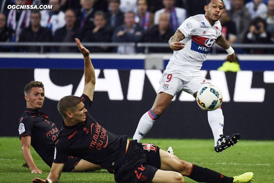 Maxime Le Marchand tacle et détourne le ballon dans son propre but