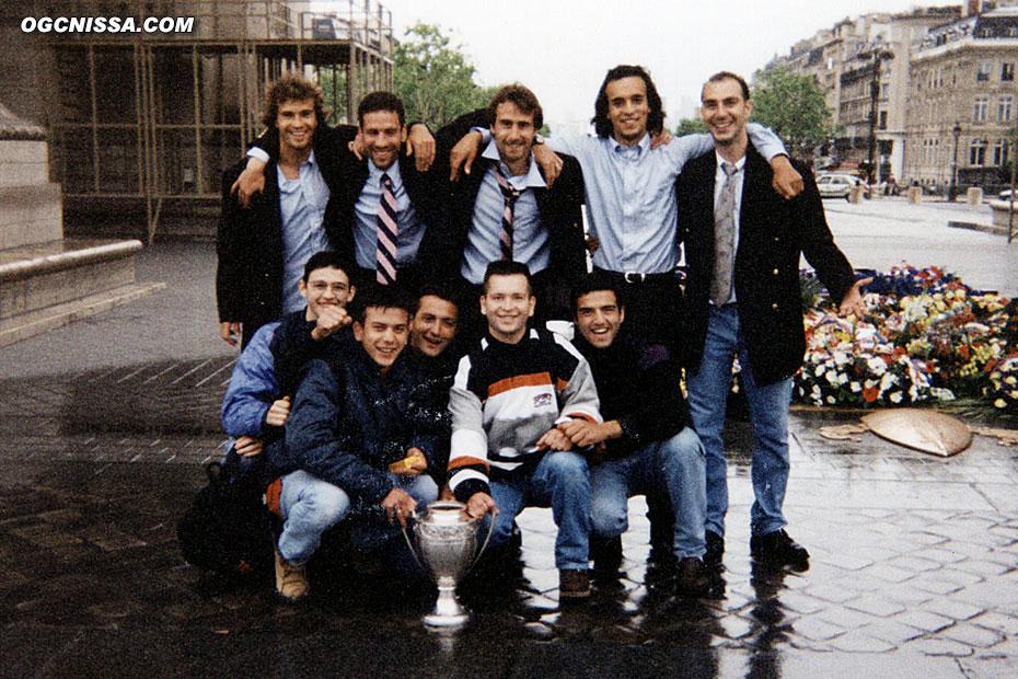 Au petit matin sous l'arc de triomphe, un groupe de supporters avec la coupe de France et Thierry Crétier, Frédéric Gioria, Frédéric Tatarian, Youssef Salimi