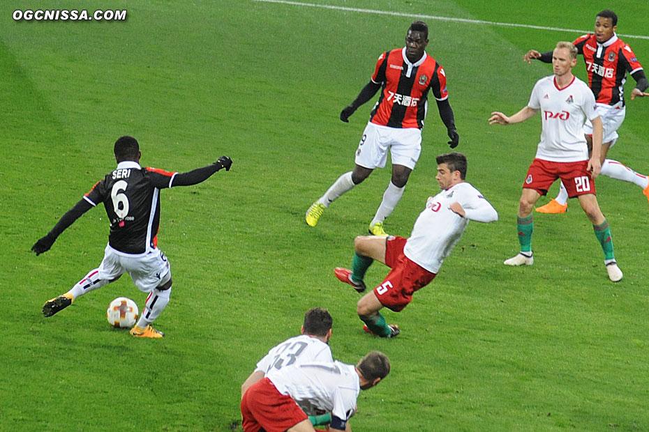 Seri frappe, ça touche le bras de Pejcinovic : penalty pour Nice !