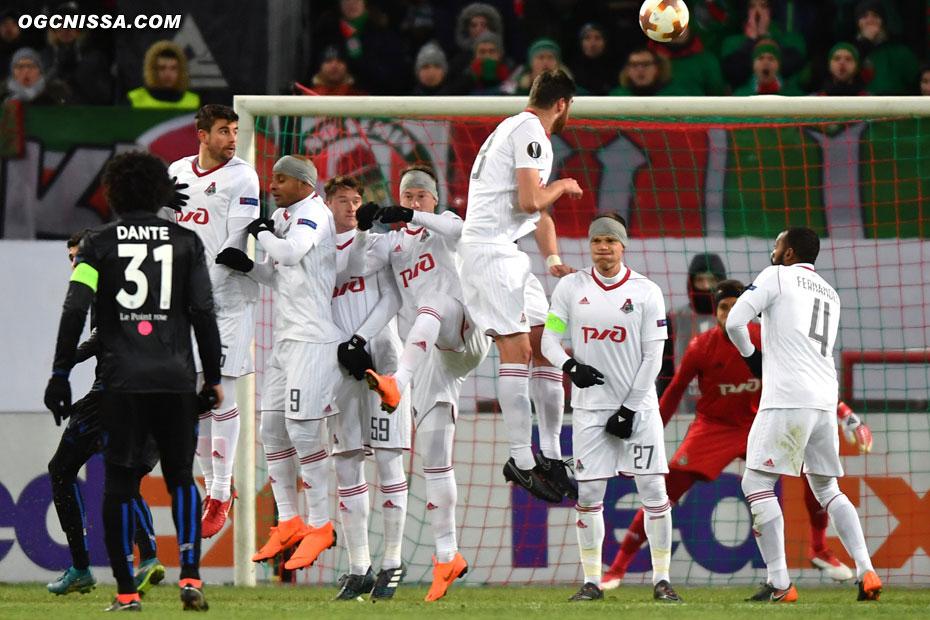 Balotelli trouve une 2e fois la barre sur un coup franc... la chance niçoise est passée