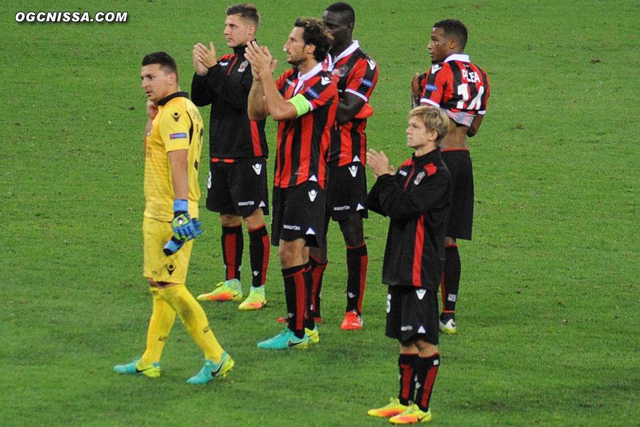 Les joueurs vont remercier leurs supporters. Prochain rendez-vous d'Europa League à domicile le 3 novembre face à Salzburg.