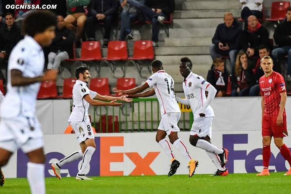 Pierre Lees Melou et Mario Balotelli félicitent le double buteur