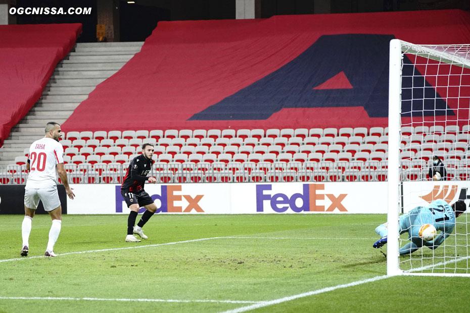 Amine Gouiri reprend de volé et ouvre le score