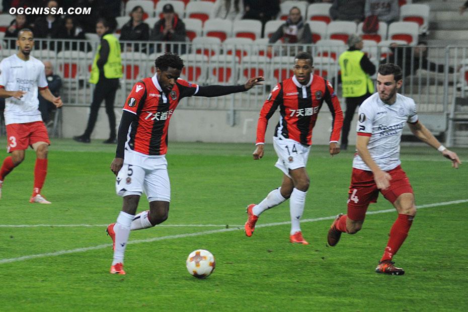 Adrien Tameze slalom dans la défense adverse