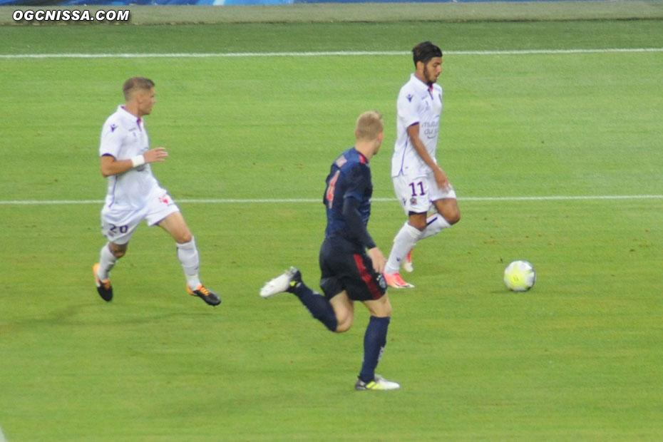 Bassem Srarfi et Maxime Le Marchand en début de seconde période. Sur le contre, l'Ajax égalisera