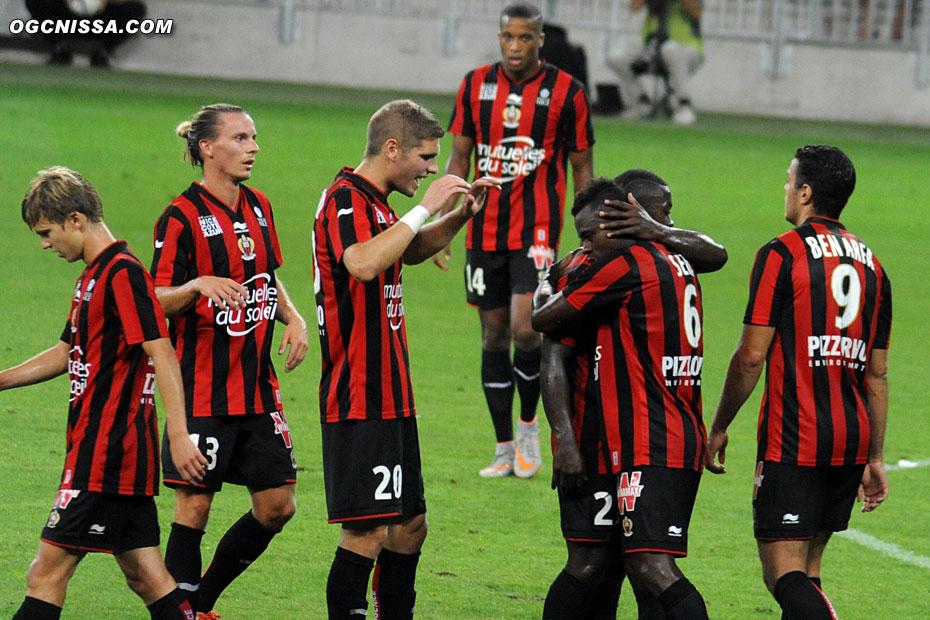 La joie du groupe suite à ce but, avec Jean-Michael Seri, Niklas Hult, Maxime Le Marchand, Hatem Ben Arfa et Alassane Plea