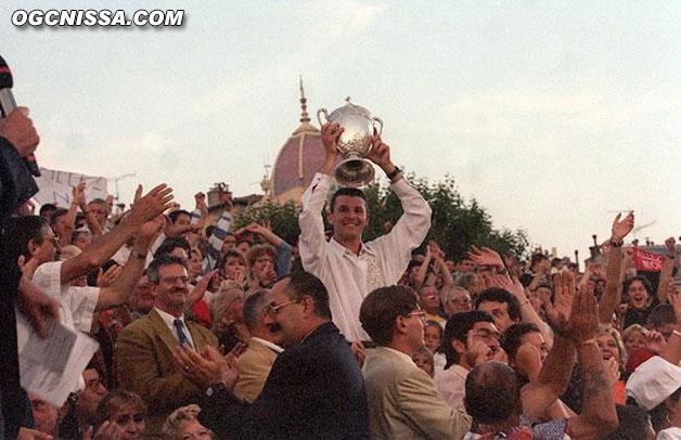Olivier Fugen soulève la coupe de retour à Nice