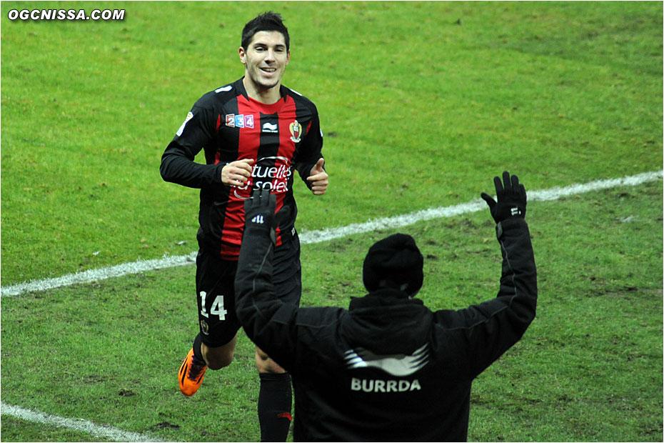 Jérémy Pied va partager sa joie avec son pote Bauthéac, sur le banc pour ce match